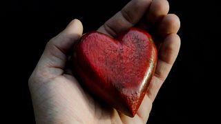 Rotes Herz in den Händen