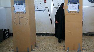 Eine Frau gibt in einem Wahllokal im irakischen Najaf ihre Stimme ab