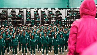 """مشهدا من الموسم الأول من مسلسل """"لعبة الحبار"""" أو """"Squid Game"""" في كوريا الجنوبية، على منصة نيتفلكس"""