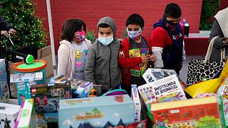 أطفال يختارون ألعابهم في حي لينكولن هايتس في لوس أنجلوس، الولايات المتحدة الأمريكية.