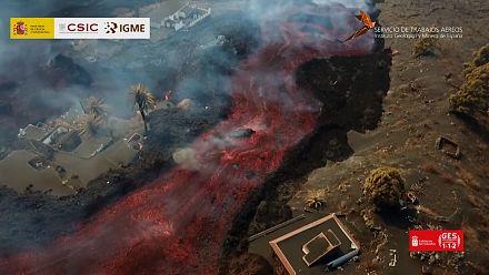 Lava flow drags down big rocks in La Palma