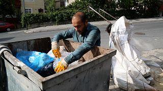 Son bir kaç aydır atık toplama depolarına düzenlenen baskınlarda çok sayıda işçi gözaltına alındı