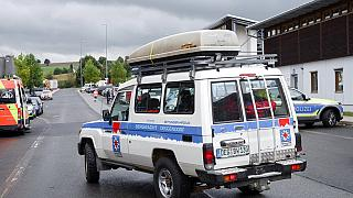 Ein Auto der Bergwacht Deggendorf fährt über den Parkplatz am Grenzübergang in Furth im Wald, 12.10.2021