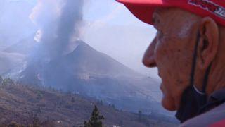Isaac, un vecino de La Palma, observa cómo la lava se acerca a su casa