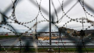 صورة لمحطة الطاقة النووية في بالويل بفرنسا 20 كانون الثاني/يناير 2021 ويظهر موقعاً يتم إعداده لاحتواء احتياطي من الماء لاستخدامه في تبريد مفاعلات المحطة في حالات الطوارئ