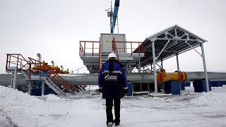 Orosz gázmunkás tart a gázvezeték felé
