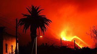 Le volcan continue de cracher de la lave, à l'aube, sur l'île de La Palma, Espagne, 10 octobre 2021.