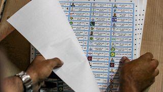 فرز الأصوات يديوياً في أحد مراكز الاقتراع للانتخابات البرلمانية العراقية 10 تشرين الأول/أكتوبر 2021