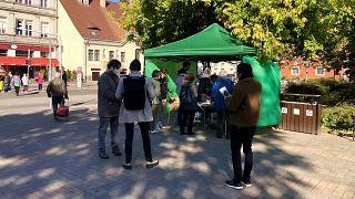 Szavaznak a Batthyányi téri sátornál 2021. október 12-én az előválasztás 2. fordulójában