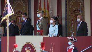 Los reyes de España, Felipe VI y Letizia, acompañados del presidente del Gobierno español. Pedro Sánchez, en el desfile militar por el Día de la Hispanidad. El 12 de octubre.