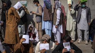 Beutazási vízumra várakozó afgánok sorakoznak Irán kabuli nagykövetsége előtt
