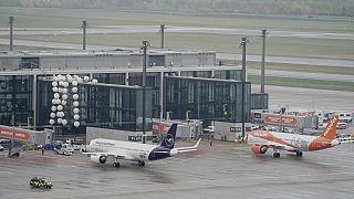 Maschinen der Lufthansa und von Easyjet auf dem BER, 31.10.2020