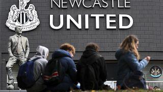 """مشجعون لـ""""نيوكاسل يونايتد"""" ينتظرون خارج الاستاد للحصول على أخبار عن آخر التطورات بشأن بيع النادي إلى صندوق الثروة السيادية السعودي مقابل استحواذ 300 مليون جنيه 7 أكتوبر 2021"""