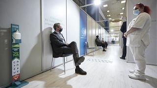 Ο πρωθυπουργός Κυριάκος Μητσοτάκης στο εμβολιαστικό κέντρο «Προμηθέας», όπου έκανε την τρίτη δόση του εμβολίου κατά του κορονοϊού