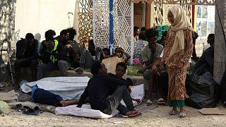 مهاجرون أمام مكتب الأمم المتحدة في طرابلس