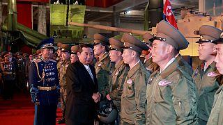 Észak-Korea: újabb katonai parádéba csomagolt üzenet