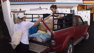 Vecinos de La Palma cargan sus vehículos tras la orden de evacuación