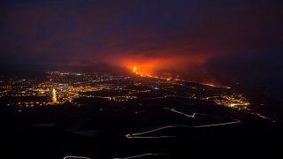 شاهد: أكثر من 8 آلاف شخص يغادرون منازلهم بجزيرة لابالما الاسبانية مع تدفق الحمم البركانية