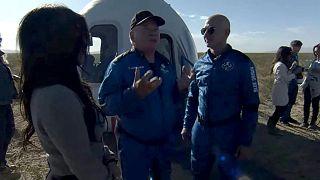 William Shatner, à son retour de l'espace, en compagnie de Jeff Bezos, fondateur de Blue Origin, le 13 octobre 2021 au Texas.