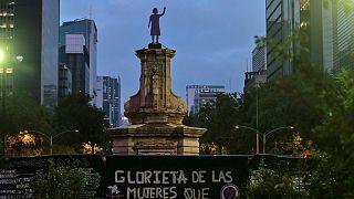 فمینیستهای مکزیک مجسمه کریستف کلمب را پایین کشیدند و تندیس زن مبارز را به جای آن نصب کردند