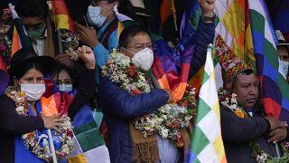 El presidente de Bolivia, Luis Arce, en el centro, canta el himno nacional boliviano durante un mitin con sus partidarios en La Paz, Bolivia, el 12 de octubre de 2021.