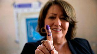 یک شهروند زن عراقی در حوزه اخذ رای انتخابات پارلمانی زودهنگام عراق