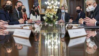 وزير الخارجية الإسرائيلي يائير لبيد أثناء لقائه بنائبة الرئيس الأميركي كامالا هاريس. 12/10/2021