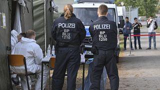 ضباط شرطة أمام مركز لاستقبال لاستقبال طالبي اللجوء في ولاية براندنبورغ في أيزنهويتنشتات، ألمانيا/ 6أكتوبر 2021