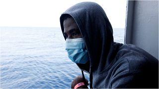 لمهاجر الغيني أمادو تراوري ينظر إلى البحر المتوسط قبيل وصوله إلى ميناء أوغوستا بجزيرة صقلية بإيطاليا، 27 أيلول/سبتمبر 2021.