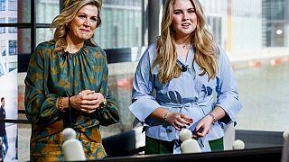 Hollanda Kraliçesi Maxima (solda), Prenses Amalia (sağda)