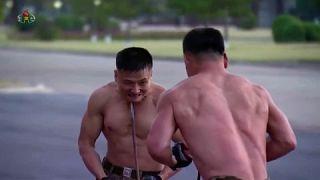 جنود من كوريا الشمالية يقدمون أمام زعيمهم كيم يونغ أون عروضاً للفنون القتالية ب مناسبة معرض مخصص للدفاع 13 تشرين الأول/أكتوبر 2021