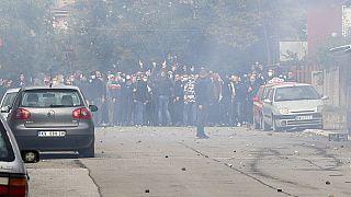 Confrontos entre polícia e comunidade sérvia no Kosovo