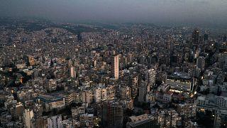 منظر جوي عند غروب الشمس للعاصمة اللبنانية بيروت، حيث تظهر المباني في الظلام وسط انقطاع التيار الكهربائي.