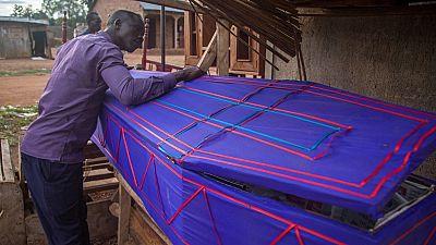 Ouganda : d'enseignant à fabricant de cercueils à cause de la Covid-19