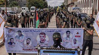 عناصر من حركة الجهاد الإسلامي الفلسطينية في مسيرة تضامنية مع الأسرى الفلسطينيين في سجون الاحتلال الإسرائيلي، في مدينة خان يونس جنوب قطاع غزة، 27 سبتمبر 2021