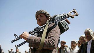 رجل من قبيلة الحوثي الشيعي يحمل سلاحه خلال تجمع قبلي يظهر دعمه لحركة الحوثي في صنعاء، اليمن، السبت 21 سبتمبر/ أيلول 2019