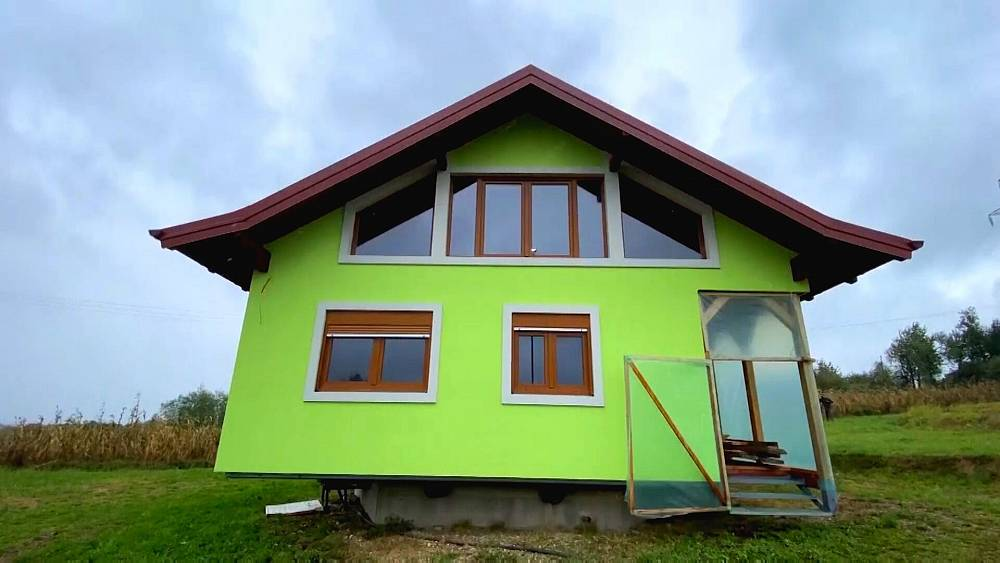 Suami membangun rumah berputar sehingga istrinya dapat menikmati pemandangan yang lebih baik