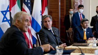 وزير الخارجية الأمريكي (في الوسط) يرافقه وزير الخارجية الإسرائيلي (على اليسار)، ووزير خارجية الإمارات العربية المتحدة الشيخ، إلى اليمين في واشنطن. 2021/10/13