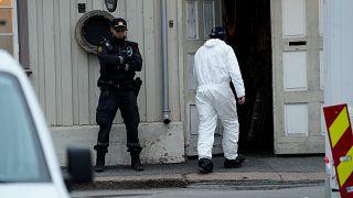 خبير جنائي وشرطي نرويجي عند مدخل مكان الهجوم بالقرب من العاصمة النرويجية اوسلو. 13/10/2-21