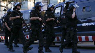 عدد من أفراد الشرطة الخاصة الإسبانية بمدينة برشلونه بعد الهجوم الدموي الذي أدى لمقتل 13 شخصا. 17/08/2017