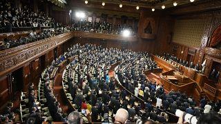 النواب اليابانيون يستمعون إلى قرار حل البرلمان 14 تشرين الأول/أكتوبر 2021 تمهيدا لإجراء انتخابات عامة بنهاية الشهر.