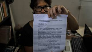 Yunior García Aguilera muestra una carta de respuesta del gobierno que les niega el permiso para marchar, 13/10/2021, La Habana, Cuba