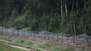 سياج من الأسلاك الشائكة بناه الجنود البولنديون على الحدود مع بيلاروس  في زوبرزيكا   بالقرب من بياليستوك، شرق بولندا ، في 26 أغسطس 2021