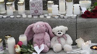 Az áldozatokra emlékeznek a gyászolók a norvégiai ámokfutás egyik helyszínén