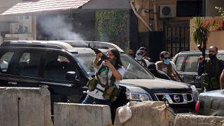 عناصر متحالفة مع حزب الله بأسلحة نارية خلال اشتباكات مسلحة اندلعت خلال مظاهرة في الضاحية بجنوب بيروت. 2021/10/14