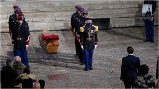 نعش مدرّس التاريخ صمويل باتي في ساحة فناء جامعة السوربون خلال مراسم تكريم حضرها الرئيس إيمانويل ماكرون في 21 تشرين الأول/أكتوبر 2020 بباريس.