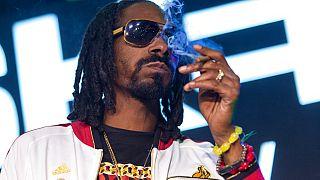 ABD'li rep sanatçıcı Snoop Dog esrar içerken.