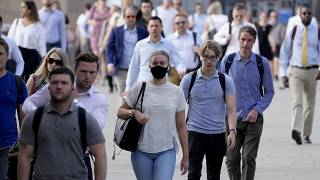 بريطانيون يسيرون فوق جسر لندن 21 تموز/يوليو 2021