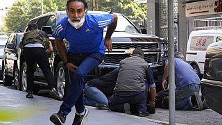 In Beirut bringt sich ein Mann in Sicherheit