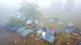 Menekültek sátraznak a bosnyák-horvát határ közelében